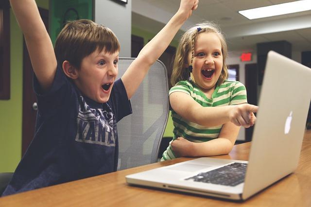 děti a zábava u hraní