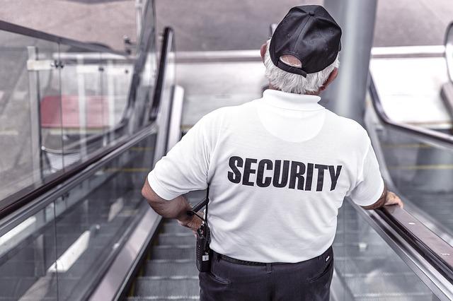 policista na eskalátorech