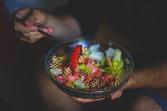 těstovinový salát na vidličce