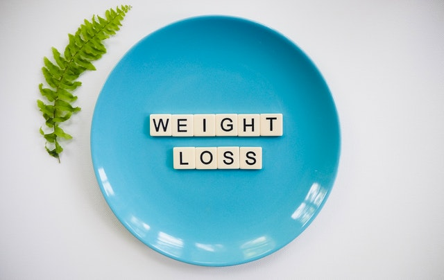 nápis weight loss na talíři