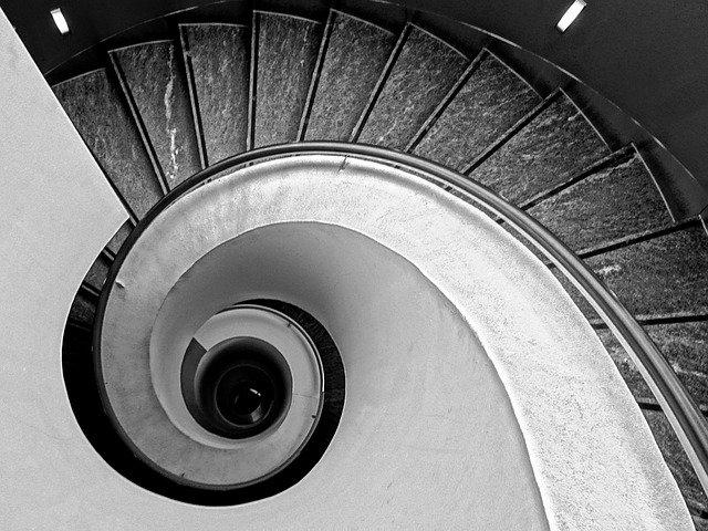 černobílé točité schody.jpg