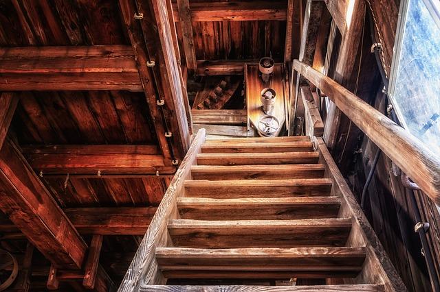 dřevěné schodiště interiér.jpg